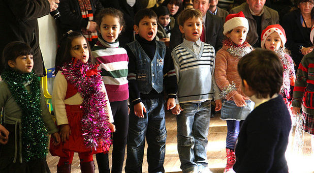 children-Christmas-caroles