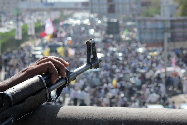Pakistan-gunman-roof