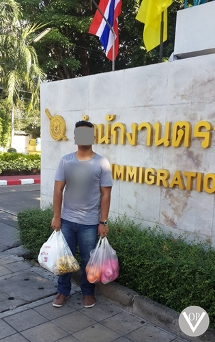 Project 13:3 Thailand: VOP Thailand Representative delivering food to the IDC
